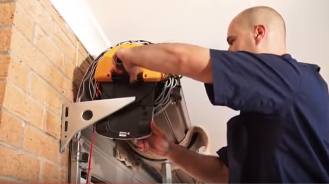 Biện pháp khắc phục cửa cuốn bị giật